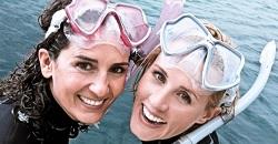 dívky s potápěčskými brýlemi